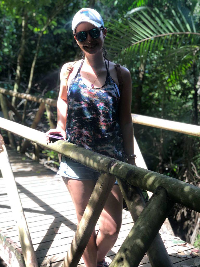Nicole en un puente